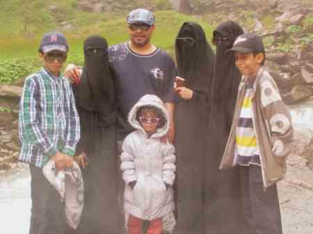 1 - reicher Muslim mit einem Teil seines Fraueneigentums  2013