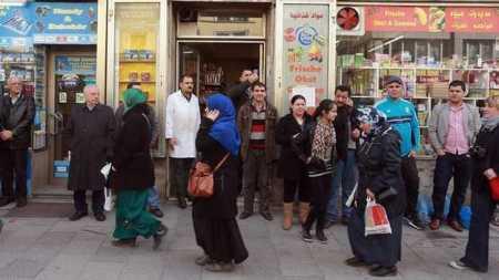2, die Moslems sind  in E autonom, auch in der Lebensmittelversorgung