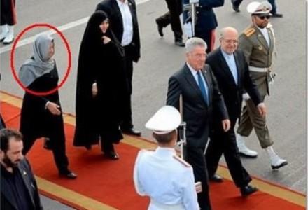 Bpr Fischer versieht seine eigene Frau mit dem islamischen Unterwerfungssymbol.jpg