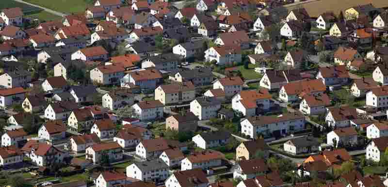 Luftbild von einer Einfamilienhaussiedlung in Ergoldsbach.