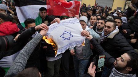 005 Berlin-Israel-Flagge-brennt-Antisemitismus-Islam