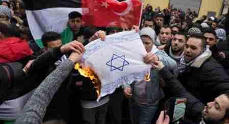 010 Berlin - Muslime verbrennen Israel-Flagge 2017