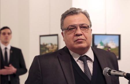 002, 20161219, kurz nach dieser Aufnahme feuert der muslimische Mörder auf den russischen Botschafter in Ankara