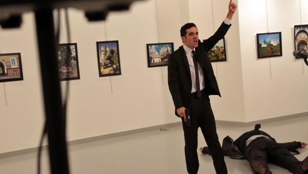 003, 20161219, Der muslimische Mörder posiert stolz vor seinem erschossenen Opfer