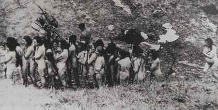 006 Deutsches Einsatzkommando zwingt jüdische Frauen vor der Hinrichtung, sich auszuziehen, Ghetto Mizoc.jpg